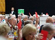 Mitglieder der Senioren-Union bei einer Abstimmung