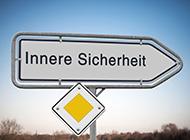 """Ein Straßenschild mit der Aufschrift """"Innere Sicherheit"""""""