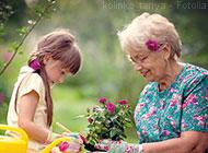 Das Bild zeigt eine zufriedene Seniorin mit ihrer Enkelin