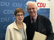 Das Bild zeigt Prof. Dr. Otto Wulff und Annegret Kramp-Karrenbauer