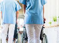 Das Bild zeigt mehrere Altenpfleger