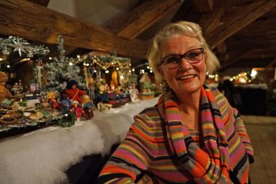 Anita Merkt hat 5500 Stunden ihrem Weihnachtsmarkt im Puppenstubenformat gebastelt.