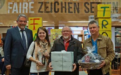 Bürgermeister Ulrich Mauch (links) überreichte den Siegern und ihren Vertretern die Preise.