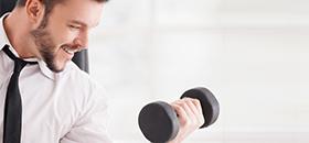 Junger Mann trainiert Armmuskulatur