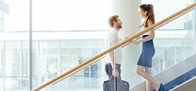 junger Mann und junge Frau begegnen sich auf der Treppe
