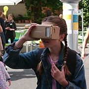 Besucherin mit VR-Brille am Stand von jugend.beteiligen.jetzt