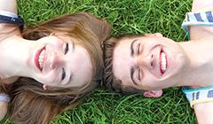 Jugendliche im Gras