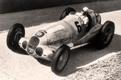 Eifelrennen 1937:                                             Caracciola im Silberpfeil -                                             Foto Daimler AG