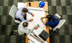 Team arbeitet am Schreibtisch