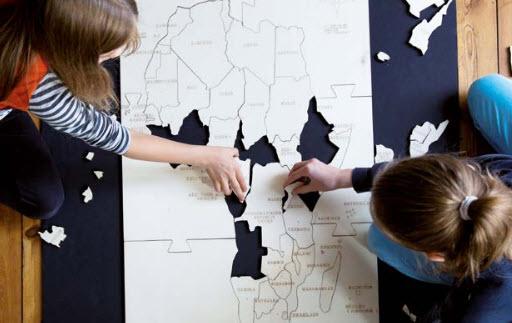 Kinder beim puzzeln. Quelle: BtE, Fotografin: Anja Lehmann