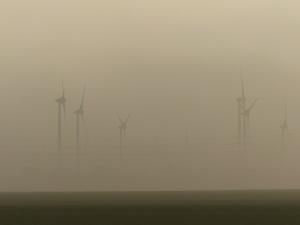 Windräder bei Feldheim (Brandenburg) im Morgennebel