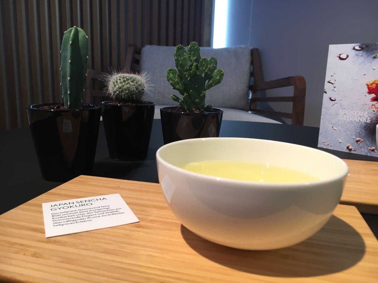 Japanisch serviert: Tee mit Sortenkärtchen
