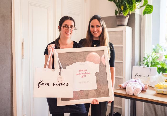 """Mamabloggerin Melanie-Katharina Turek vom Blog """"Melone meets Minze"""" stellte den aus dem Jahr 2014 datierenden Windel-Weltrekord ein und darf sich neue Windelweltmeisterin nennen. Die Aktion wurde von Pampers getragen."""