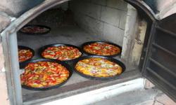 Hausgemachte Pizza aus dem Steinofen