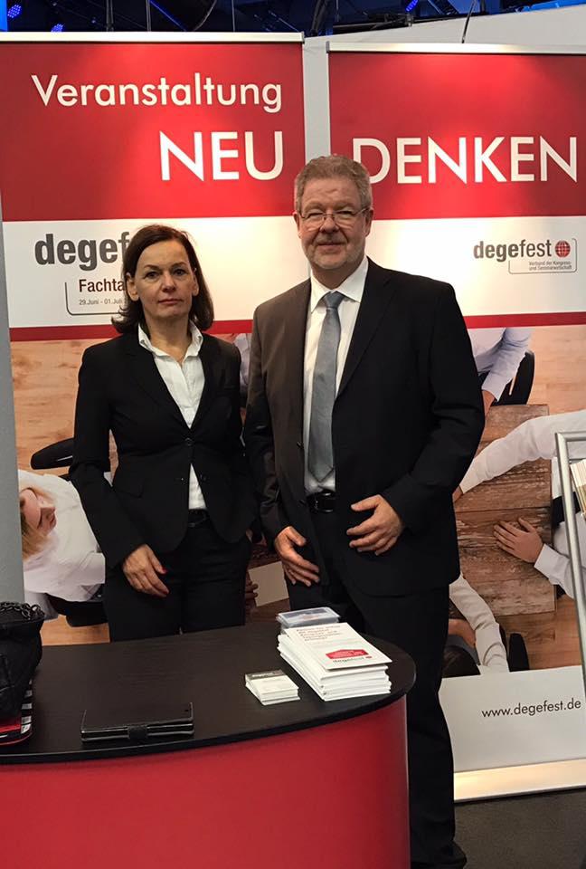 Freuen sich auf die zukünftige gemeinsame Zusammenarbeit: Sabine Loos, Hauptgeschäftsführerin der Westfalenhallen Dortmund und Jörn Raith, Vorsitzender degefest e.V.