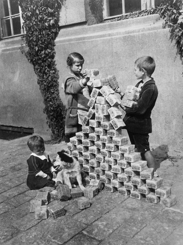 Inflation Kinder spielen mit Geld