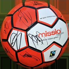 Fußball mit Unterschriften und missio-Logo