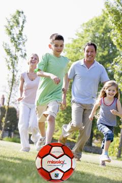 Bild: Familie spielt Fußball