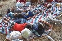 Irak: Kinder am Boden liegend / Terrormilizen zwingen Christen zur Flucht