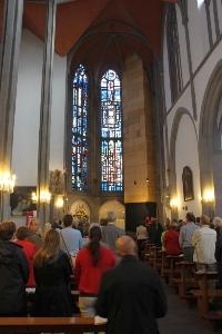Kirche mit Besuchern der Hl. Messe
