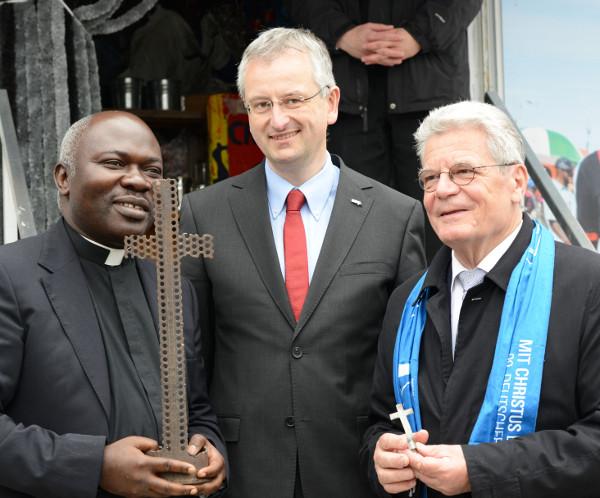 Besuch Bundespräsident Gauck am Fluchttruck von missio beim Katholikentag 2014