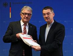 missio-Präsident Prälat Dr. Klaus Krämer überreichte die Unterschriften an den Menschenrechtsbeauftragten der Bundesregierung Christoph Strässer (MdB)