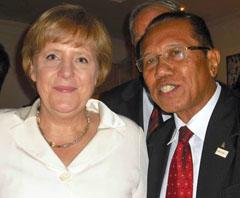 Bundeskanzlerin Angela Merkel mit Theophilus Bela