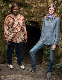Meike Dinklage gemeinsam mit missio-Projektpartnerin Therese Mema