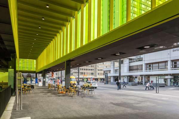 Bahnhof Oerlikon mit farbigem Glas