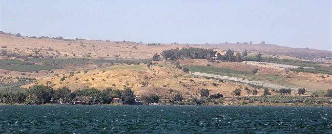 Auf dem See Gennesaret mit Blick zum Berg der Seligpreisungen
