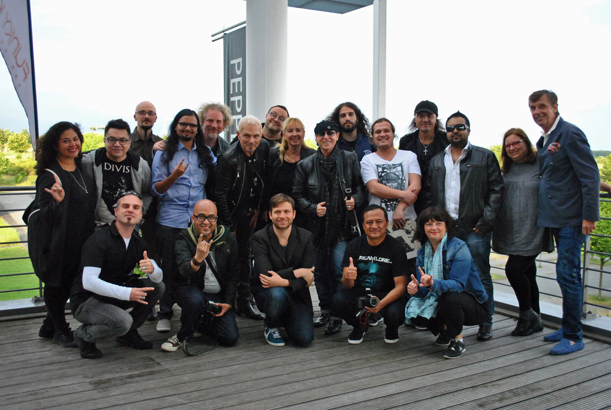Gruppenfoto - Die internationale Delegation und die The Scorpions in Hannover.
