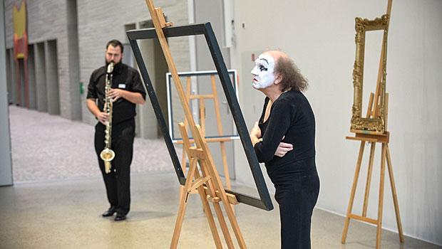 Kelch und Patene von Lisa Reizig in der Ausstellung im Landeskirchenamt