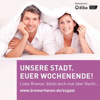 Ein Mann und eine Frau liegen auf einem Bett
