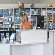 Mitarbeiterin in der Tourist-Information Schaufenster Fischereihafen