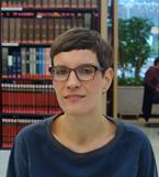 Kristin Wolter in der Bibliothek des Ibero-Amerikanischen Instituts