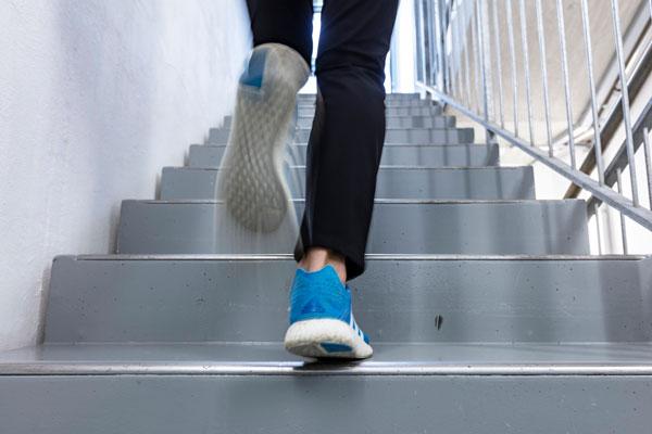 Läuferin auf der Strecke im Treppenhaus