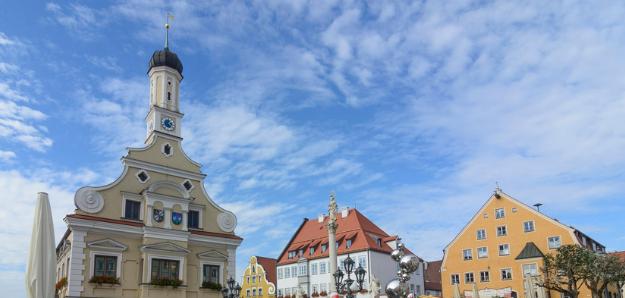 Renaissance-Rathaus mit Marienbrunnen der Stadt Friedberg in Schwaben