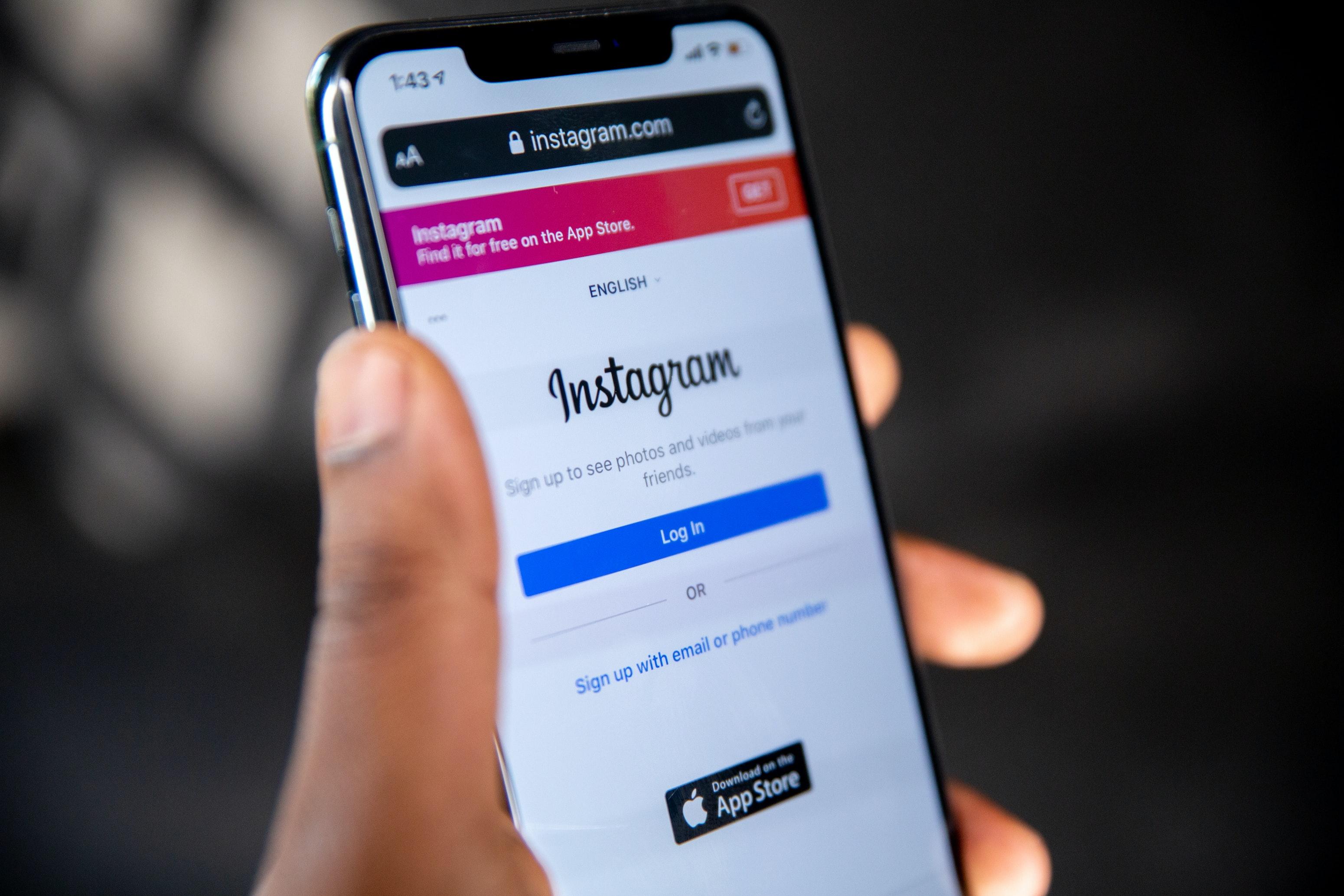 Smartphonebildschirm mit Instagramlogo