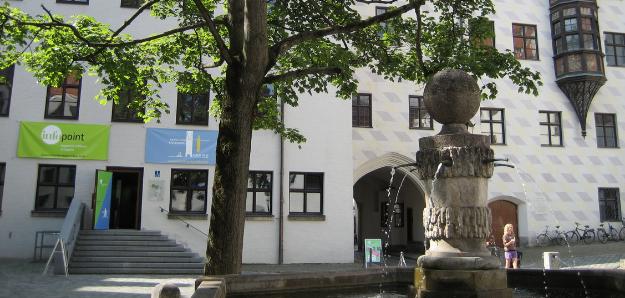 Foto der Außenansicht des Infopoints im Alten Hof in München