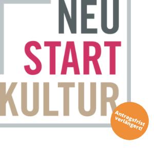 """Logo von """"Neustart Kultur"""" mit dem Text """"Neustart Kultur"""" in den Farben Schwarz, Magenta und Sandfarben, im rechten unteren Eck befindet sich ein orangener Button mit der Aufschrift """"Antragsfrist verlängert!"""""""