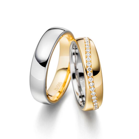 Die ersten Trauringe werden, wahlweise innen oder außen, mit dem neuen Ringen vereint.