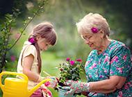 Gartenarbeit mit Enkel