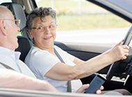 Senioren im Auto