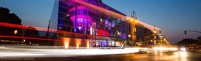 Aufnahme des Konrad-Adenauer-Hauses bei Nacht