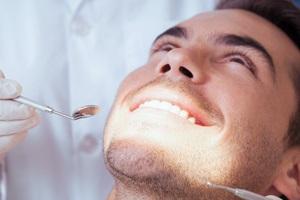 Ein Mann ist beim Zahnarzt