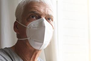 Ein Mann mit einer FFP-2-Maske