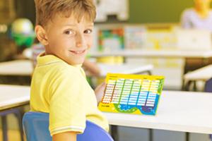 Ein Junge auf der Schulbank