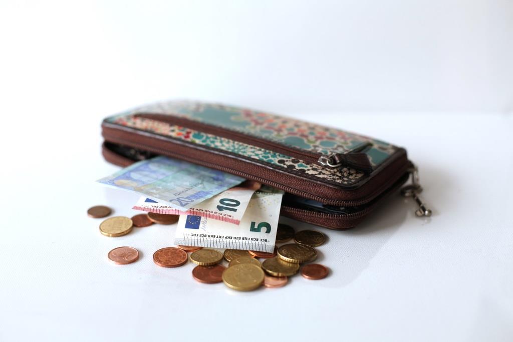 Geldbörse mit Geld davor liegend
