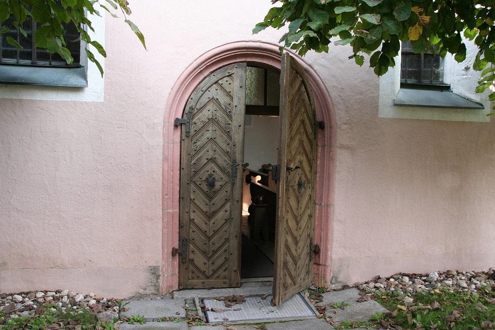Offene Kirchentür in Kohlberg