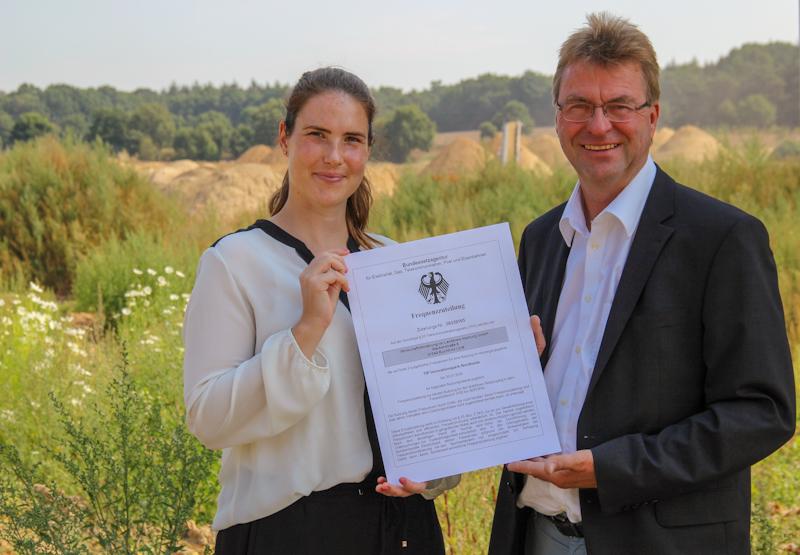 Zeigen die 5G-Campuslizenz: Jennifer Coordes und Jens Wrede auf der Baustelle des TIP Innovationspark Nordheide